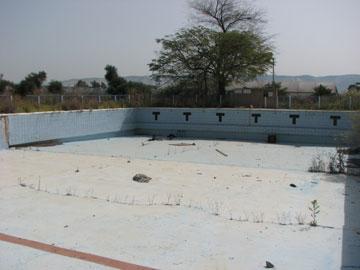 בריכת השחייה הנטושה. מרכז התרבות בירדנה (צילום: מיכאל יעקובסון)