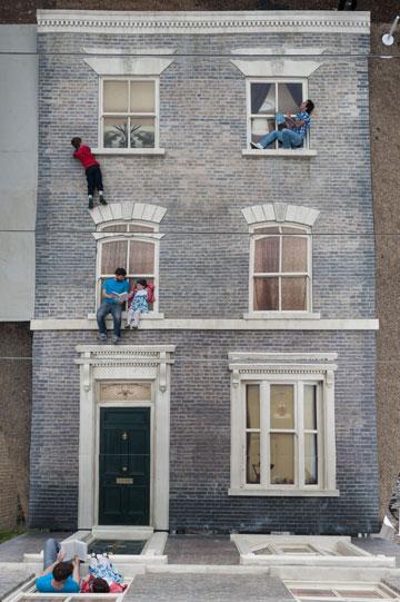 הופכים את הבית. בלונדון (צילום: Gar Powell-Evans ,Courtesy of Barbican Art Gallery 2013 )