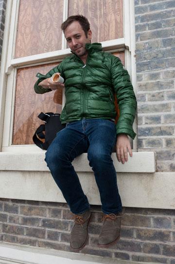 האמן, הקפה והגרביטציה (צילום: Gar Powell-Evans ,Courtesy of Barbican Art Gallery 2013 )