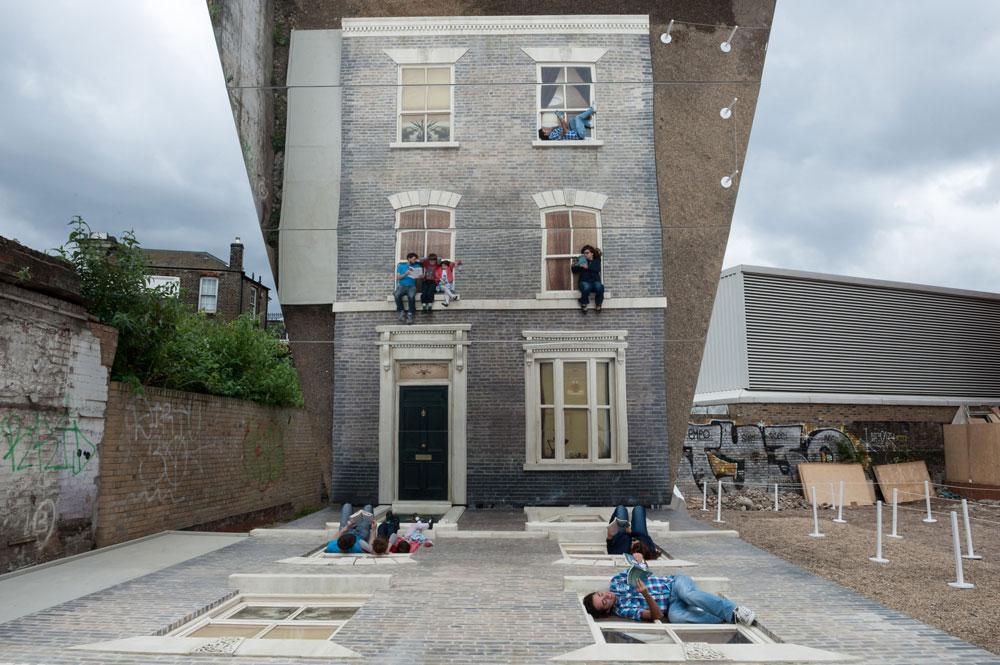 ובחזרה לאנשים הקופצים: זה סוד הקסם (שאר הפרטים בגוף הכתבה) (צילום: Gar Powell-Evans ,Courtesy of Barbican Art Gallery 2013 )