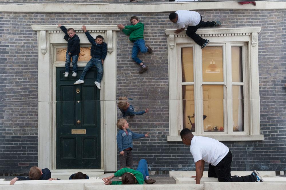 זהירות, רק לא ליפול: האטרקציה הפשטנית, אך אפקטיבית, ברחוב אשווין בלונדון, מתעתעת לחשוב שאנשים קופצים מהבית (צילום: Gar Powell-Evans ,Courtesy of Barbican Art Gallery 2013 )