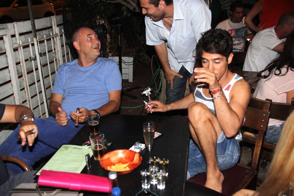 הראל סקעת עם סיגריה וצביקה הדר עם סיגר בבר תומא בתל אביב (צילום: ניר פקין)