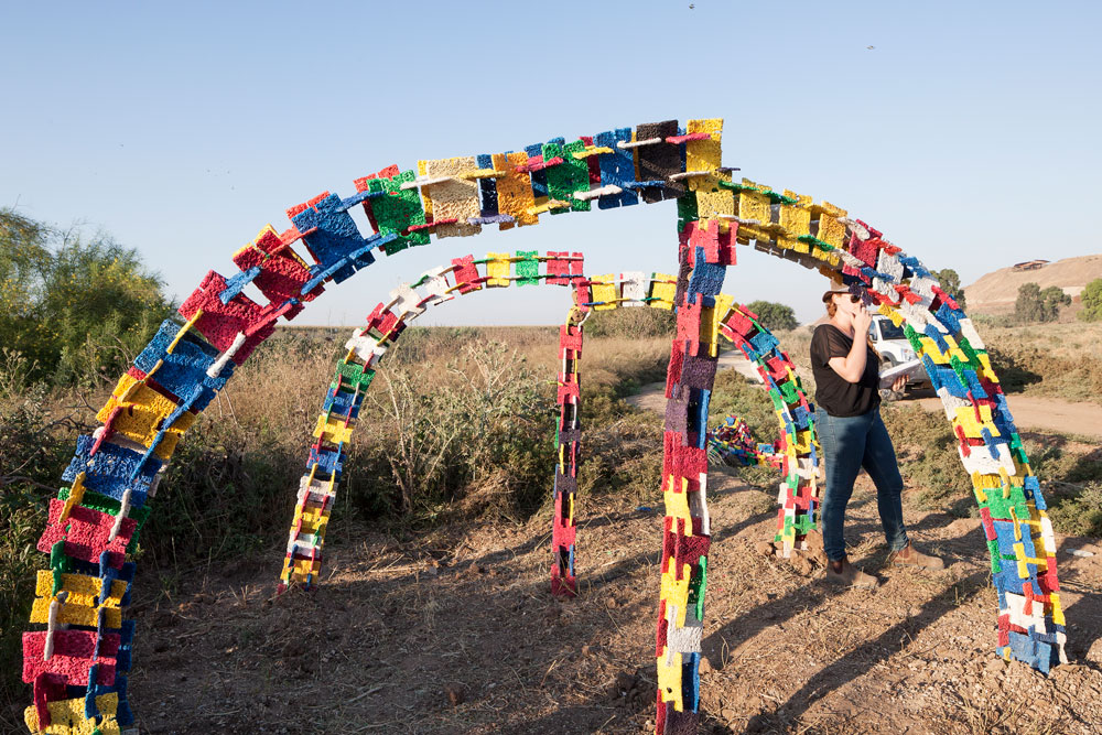 אחת התוצאות של הסדנה בפארק שרון (חיריה): הסטודנטים התבקשו להקים מבנה זול מחומרים קיימים, שיספק 25 מ''ר צל (צילום:אביעד בר נס)