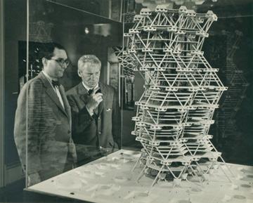 מתוך התערוכה: קאהן מתבונן במודל (צילום: The Architectural Archives, University of Pennsylvania, John Nicolais )