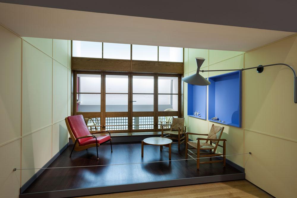 עוד בתערוכה, שמוגדרת בתקשורת האמריקאית כאירוע מכונן, פריטי העיצוב הנודעים של לה קורבוזיה: הרהיטים האיקוניים, כלי זכוכית ועוד (צילום: Jonathan Muzikar)