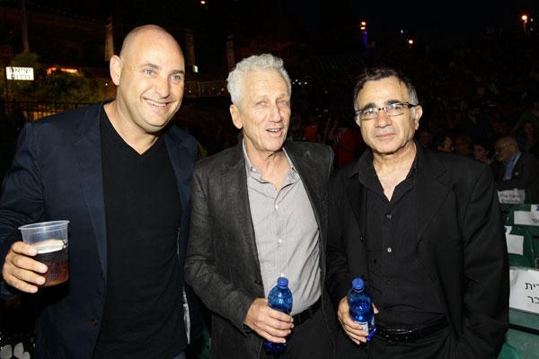 המנחה משמאל הוא גם שחקן. משה איבגי, מוני מושונוב וצביקה הדר (צילום: רפי דלויה)