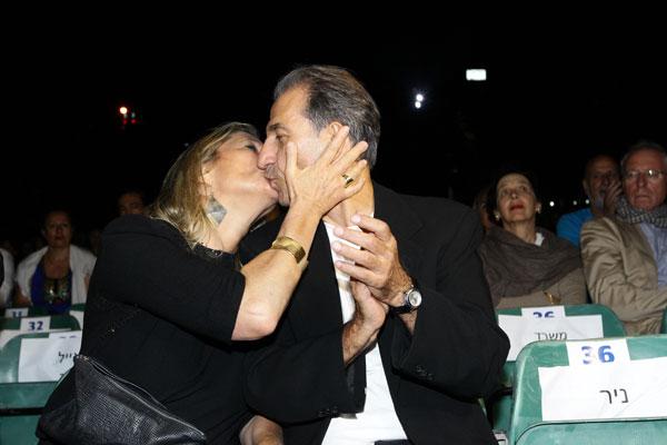 ככה, לעיני כולם. ששון גבאי ואשתו דפנה (צילום: רפי דלויה)