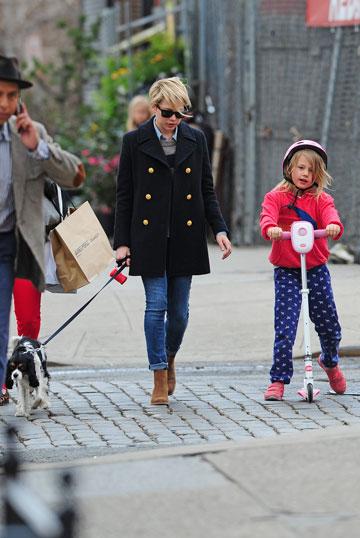 לא עוזבים אותה לרגע. מישל וויליאמס והבת מטילדה בעוד צילום פפראצ (צילום: spalshnews/asap creative)
