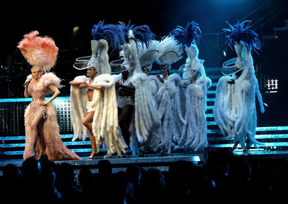 בסיבוב ההופעות Showgirl:The greates Hits.  ג'ון גליאנו עיצב את התלבושות (צילום: gettyimages)