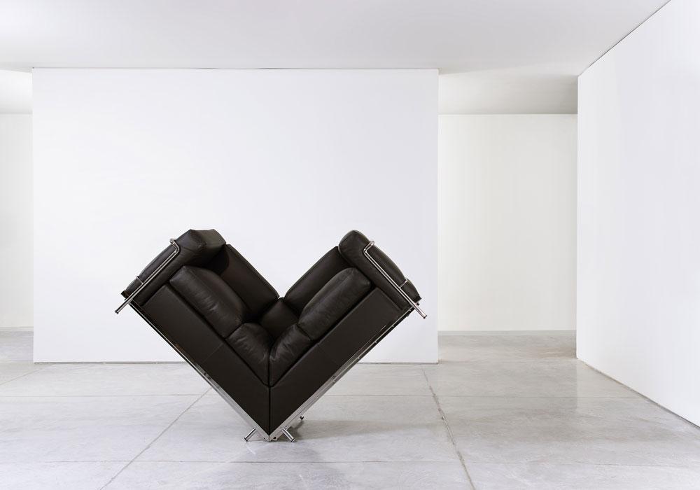 אחרי שהציג בגלריות ברחבי העולם, רון גלעד מגיע למוזיאון תל אביב. בתערוכת היחיד שלו הוא מציג כ-80 עבודות, שרובן עוצבו בחודשים האחרונים. גלעד משתעשע עם ההגדרות המוכרות של חפצי היום יום, בעיצוב שהוא אבסורדי יותר מפונקציונלי (צילום: אורי גרון)