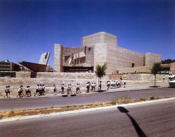 חזית תיאטרון ירושלים. מה שרואים בחוץ - רואים בפנים (צילום: ורנר בראון)