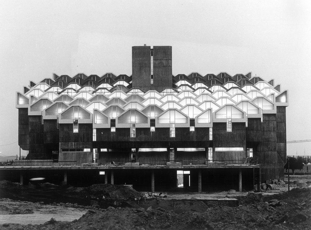 ספריית ארן באוניברסיטת בן-גוריון בבאר שבע (נחנכה ב-1972) היא אחד המבנים הבולטים בקמפוס, בעיר בכלל וביצירתו של המשרד לאורך השנים (באדיבות נדלר, נדלר, ביקסון, גיל אדריכלים)