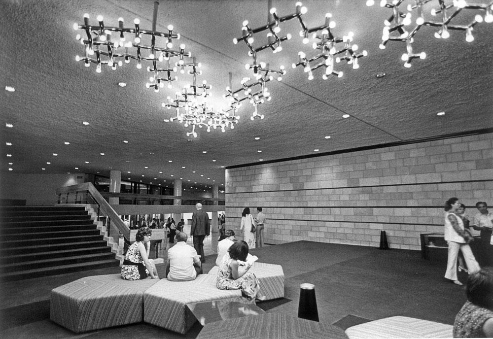 מבואת תיאטרון ירושלים, אחד המבנים המוערכים ביותר של המשרד. הוא אמנם תוכנן מיד לאחר 1967, אבל הנדלרים לא ניסו להיות אוריינטלים כמו רוב עמיתיהם אלא המשיכו במה שהם מאמינים בו: צניעות, ענייניות, מחשבה על האנשים שישתמשו בבניין ועל הצרכים שלהם (צילום: י.צפריר)