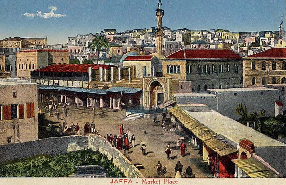 בניין הקישלה, שהופך עכשיו לבית מלון, נבנה על חורבות מבצר צלבני. מסגד מחמודיה הצטרף אליו ב-1812 וצריחו הוגבה ב-1880, כדי שהבנייה בכיכר השעון לא תסתיר אותו