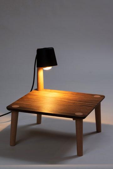 גם שולחן, גם מנורה. ניר מאירי (צילום: שי בן אפרים)