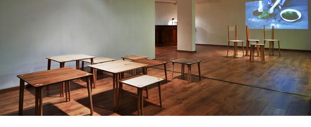 התערוכה של ניר מאירי בגלריה תירוש: אב-טיפוסים של פריטי ריהוט וגופי תאורה, שאותם ייצר בסטודיו שלו בעבודת יד. על הקיר סרטון שמתעד גופי תאורה שעיצב מאצות ים (צילום: שי בן אפרים)
