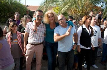 עם החברים לתוכנית (צילום: נעה גרייבסקי ,באדיבות ''אקסטרים מייקאובר ישראל'', ערוץ 10)