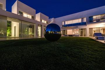 כדור אלומיניום שהובא מגרמניה בולט על הדשא (צילום: איתי סיקולסקי)
