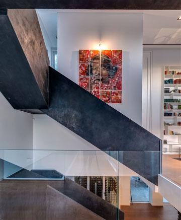 גרם המדרגות מחבר בין הקומות והאגפים השונים (צילום: איתי סיקולסקי)