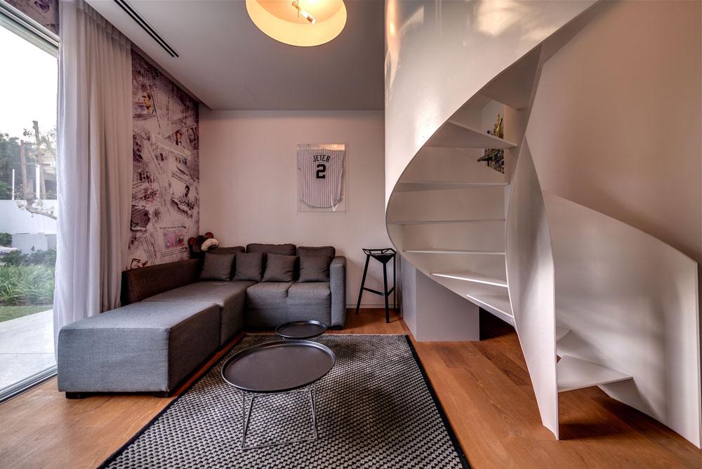 יחידות הדיור זהות: סלון בצבעי אפור-אדום-לבן בקומה התחתונה, גרם מדרגות מפלדה לבנה חתוכה בלייזר, מיטה וחדר רחצה בקומה העליונה (צילום: איתי סיקולסקי)