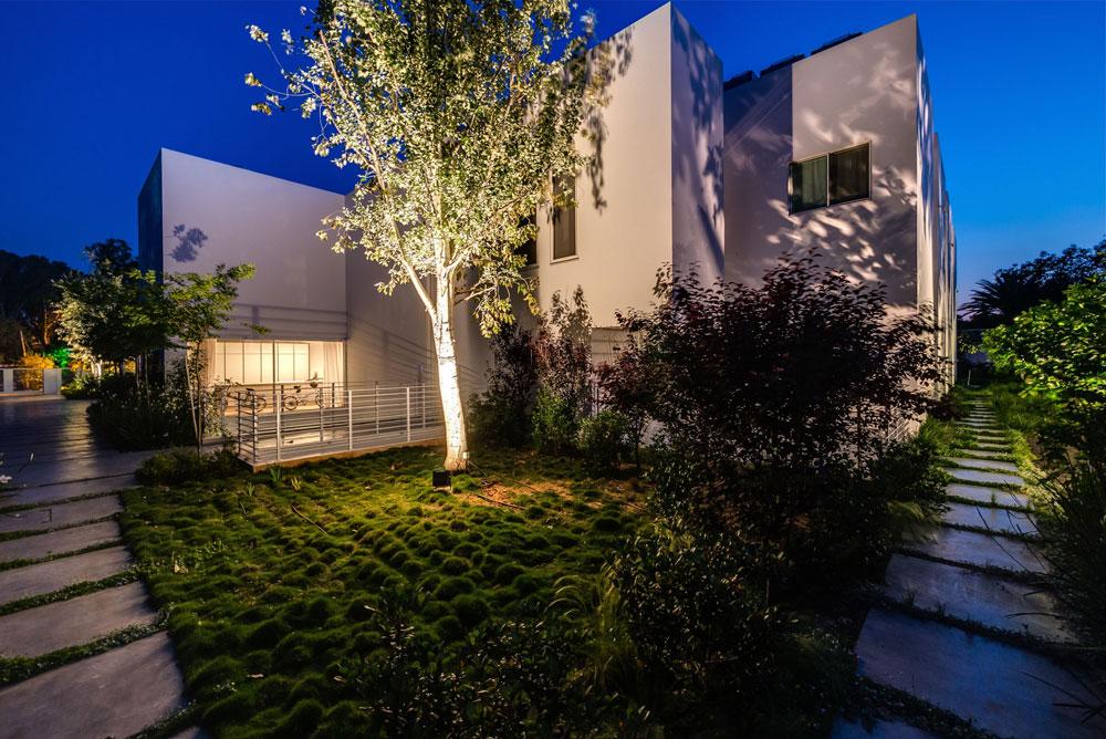 מכיוון שער הכניסה נראה הבית כמו קובייה אטומה, אך אפשר להבחין בארבע יחידות הדיור הנפרדות (צילום: איתי סיקולסקי)