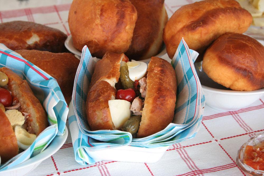 לא צריך תנור. סנדוויץ' טוניסאי בלחמניית פריקסה (צילום: אסנת לסטר)