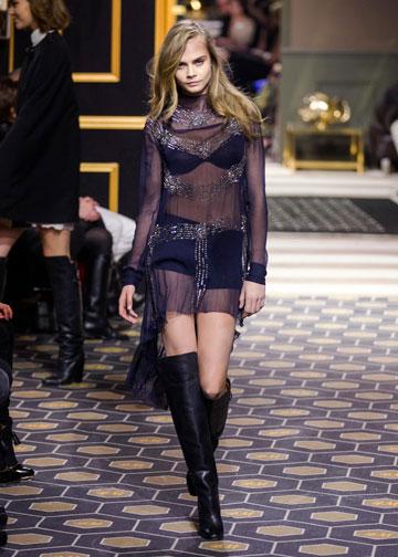 הדוגמנית קארה דלווין בתצוגת האופנה של H&M בפריז (צילום: סטפאן פוגייר)