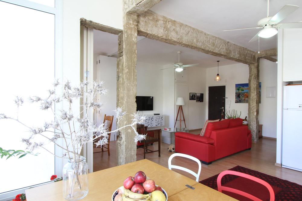מבט לכיוון דלת הכניסה, שמימינה חדר רחצה וחדר שינה קטן ופונקציונלי (צילום: אורי סיוון)