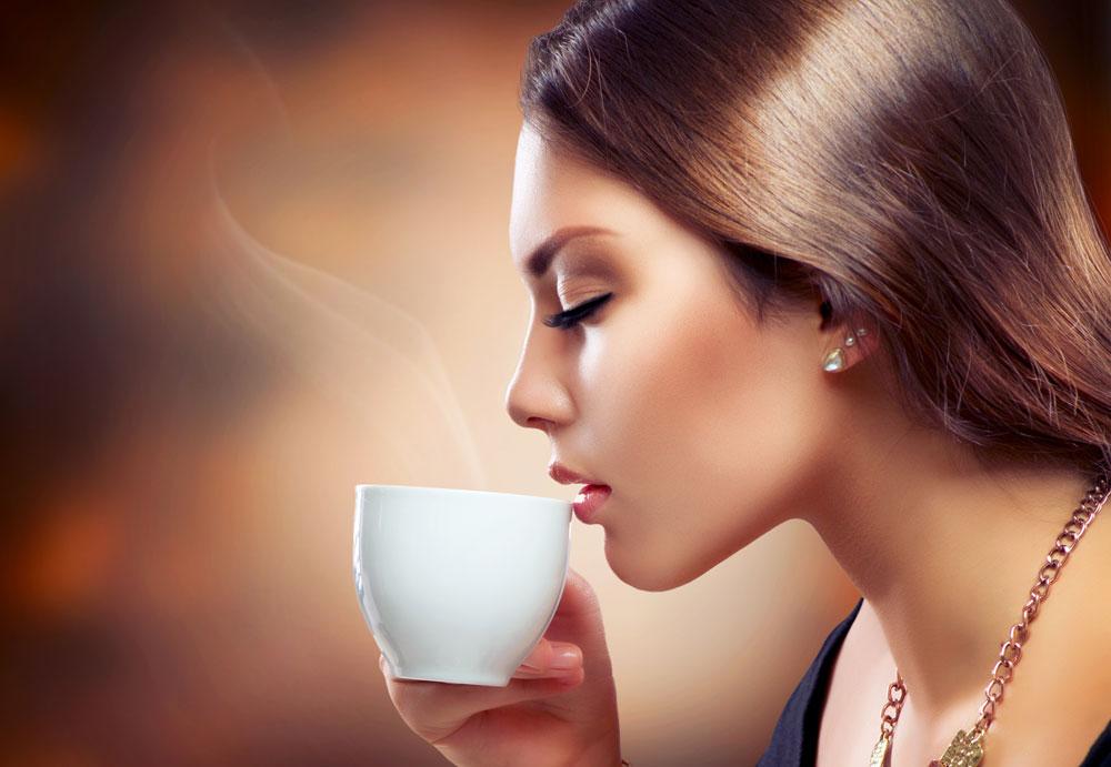 אנשים רבים זקוקים לקפה כדי להתרכז ולחדד את המחשבה. אבל האם הקפה משפיע על המוח שלנו גם בטווח הרחוק? (צילום: shutterstock)