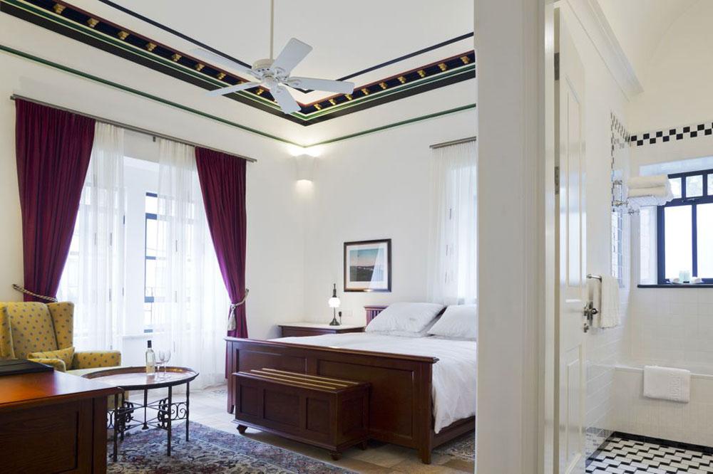 חדר ב''בית הדקלים'', אגף ששופץ ועוצב מחדש במלון הוותיק והמוערך ''אמריקן קולוני'' במזרח ירושלים. הסגנון קלאסי, האומנים מקומיים, ובכל חדר שומרה תקרת העץ ונצבעה בגוונים שונים. על הקירות צילומים של  John Whiting, שצילם בין השנים 1870-1951 מקומות, אירועים ואנשים במזרח התיכון