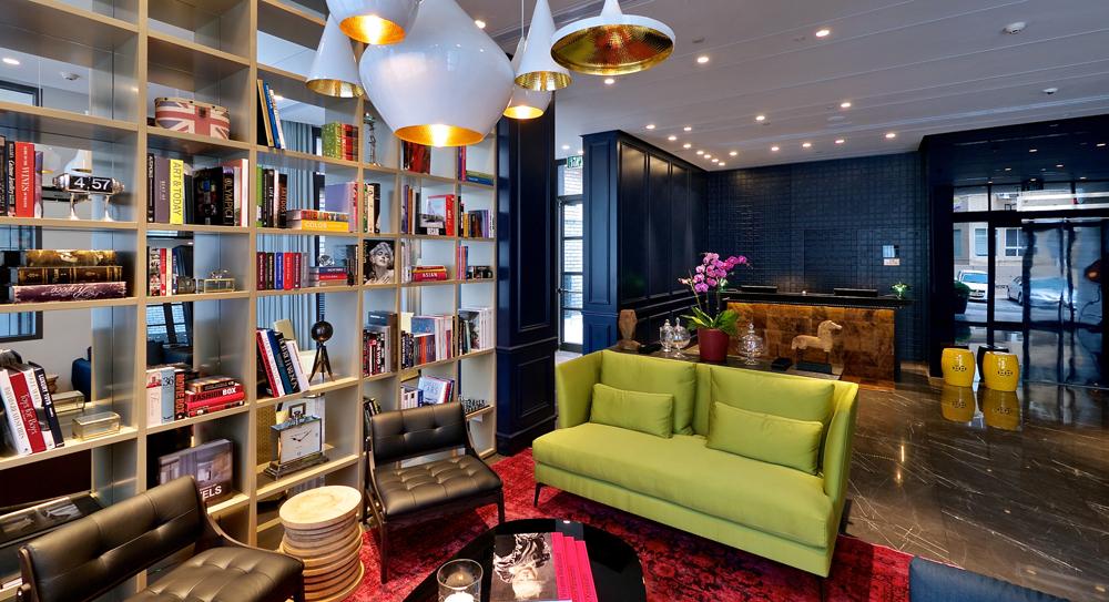 המעצב מיכאל אזולאי החליט על סגנון אורבני ססגוני. בספרייה אוסף של ספרי עיצוב, צילום, אמנות ואופנה, שהאורחים מוזמנים לשאול לחדרם (צילום: איתי סיקולסקי)
