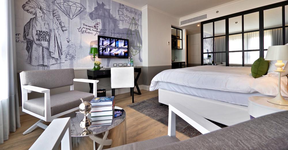 חדר ב''אינדיגו''. פרקט עץ אמיתי, שטיחים אפגניים בעבודת יד וטפט שעוצב במיוחד למלון (צילום: איתי סיקולסקי)
