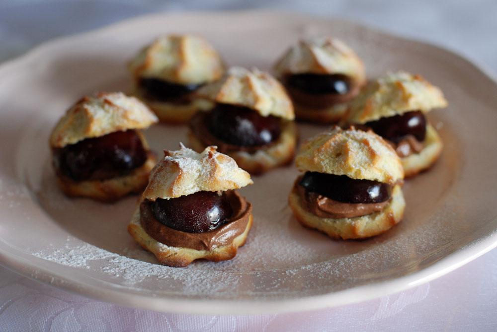 שילוב מושלם בין פריכות הבצק לאווריריות המוס. פחזניות ממולאות בשוקולד ודובדבנים (צילום: רחלי קרוט)