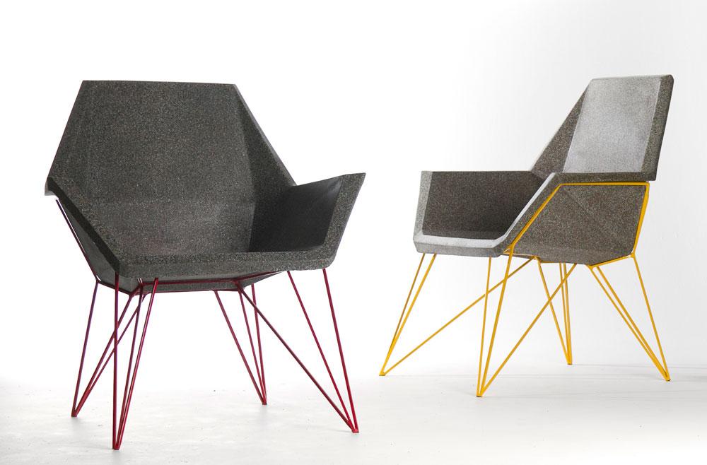 הכיסאות של שחר יעקבי עשויים מפסולת תעשייתית שמציפה את הארץ: ציפויי כבלי טלפון וחשמל. בשיתוף פעולה עם מפעל באשדוד הוא יצר בסיס לסדרה של ממש (צילום: שלהבת אדוה)