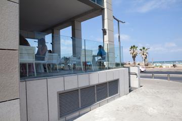 מה זאת ''זיקת הנאה'', אותה מטלה קטנה שהעירייה דורשת מהיזמים? בית קפה למרגלות מלון רויאל ביץ', למשל (צילום: דור נבו)