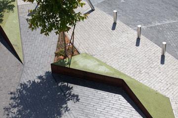 ריצוף שיוצר מרחב אחיד של מדרכות וכבישים, עם אלמנטים זרחניים (צילום: דור נבו)