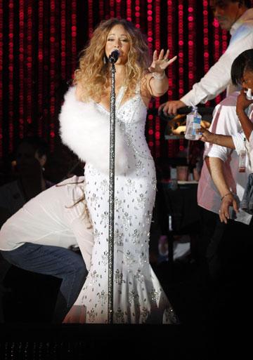 למה להחליף שמלה כשאפשר פשוט לעטוף את היד בפרווה? מריה קארי (צילום: gettyimages)