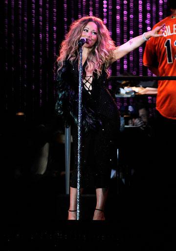 נוצות שחורות לשמלה שחורה. מריה קארי (צילום: gettyimages)