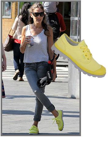 שרה ג'סיקה פרקר מקאמבקת את נעלי הפלדיום ומוסיפה להן טאץ' זוהר (399 שקל) (צילום: אסף רייז, splashnews/asap creative)