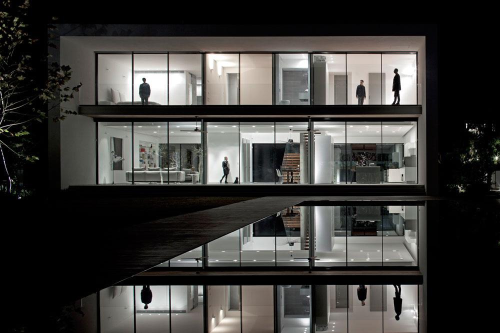 בשעות הלילה, כשכל התריסים מורמים והבית מואר מבפנים, הוא נראה כבית בובות גדול (צילום: עמית גרון)