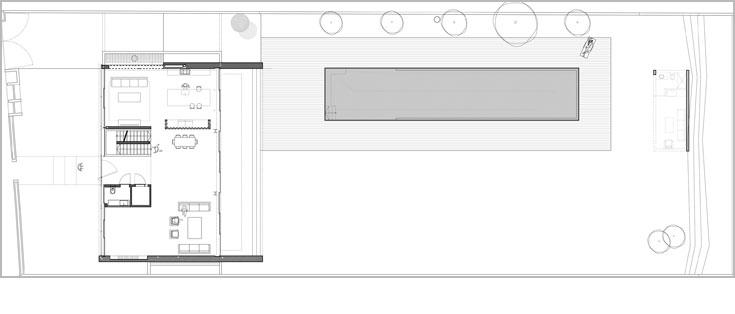 תוכנית קומת הכניסה: דלת הכניסה נפתחת למבואה תחומה בשירותי האורחים ובגרם המדרגות. מצדו האחד של הבית מטבח ופינת משפחה, מצדו השני סלון וספרייה (באדיבות פיצו קדם אדריכלים)