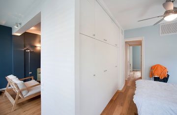 למעלה: מבט מחדר השינה. למטה: מבט דרך הקיר (צילום: בועז לביא)