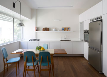 המטבח נראה מינימלי, אך כולל כל מה שצריך (צילום: שי אפשטיין)
