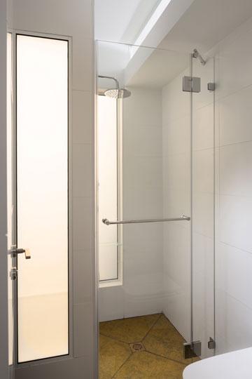 חלונות מזכוכית חלבית בקיר המשותף מוסיפים אור (צילום: שי אפשטיין)