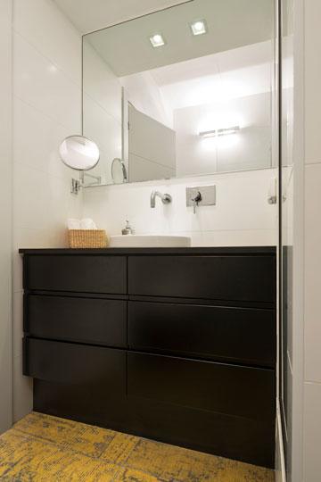 שני חדרי הרחצה: צבעים דרמטיים ורצפה מעניינת (צילום: שי אפשטיין)