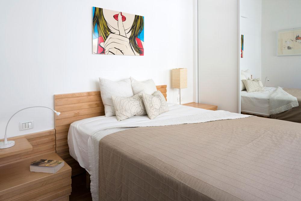 חדר השינה של האם. בעיקר רהיטים מדירות קודמות (צילום: שי אפשטיין)