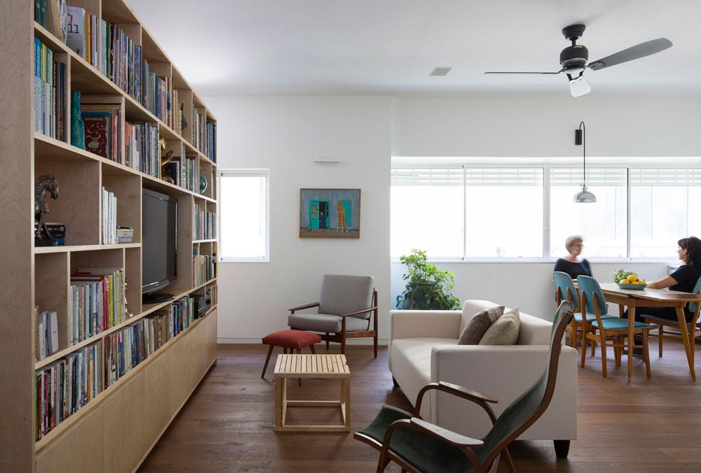 שטח הסלון והמטבח לא גדול - 24 מ''ר - אבל איפשר לאם ולבת ''סוויטות'' שינה עם חדרי רחצה. הכניסה אליהן נעשית משני צדי הספרייה (צילום: שי אפשטיין)
