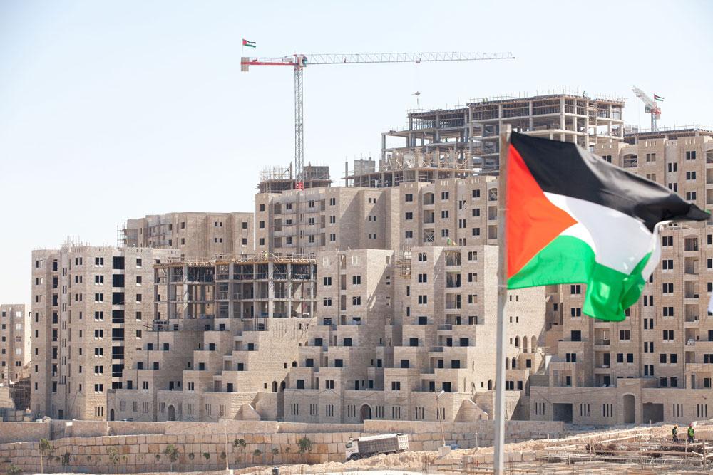 ברוכים הבאים לרוואבי. 10 דקות מביר זית, 20 דקות מרמאללה, ונראית בדיוק כמו מודיעין אם לא מבחינים בדגל פלסטין (צילום: דור נבו)