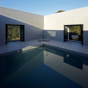 הבריכה נמצאת בתוך הבית (Photo: Cristobal Palma, Courtesy of Architecture de Collection)