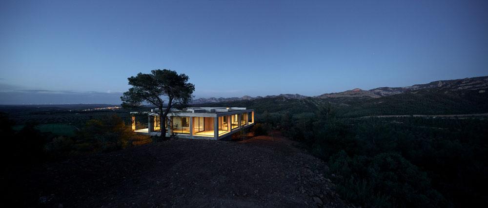 הבית הראשון (והיחיד בינתיים) שהוקם: בית Pezo במטראניה. מחיר: קצת פחות ממיליון יורו. אדריכלים: Pezo von Ellrichshausen (Photo: Cristobal Palma, Courtesy of Architecture de Collection)